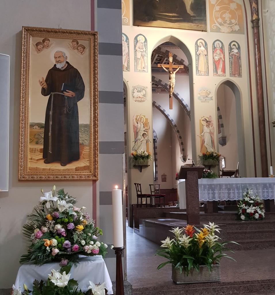 Dipinto di Salvatore Tricarico,  il santo tra angeli e San Giovanni Rotondo